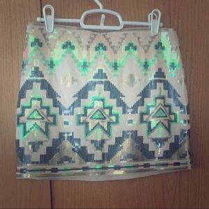 Express cream miniskirt with colored sequence.